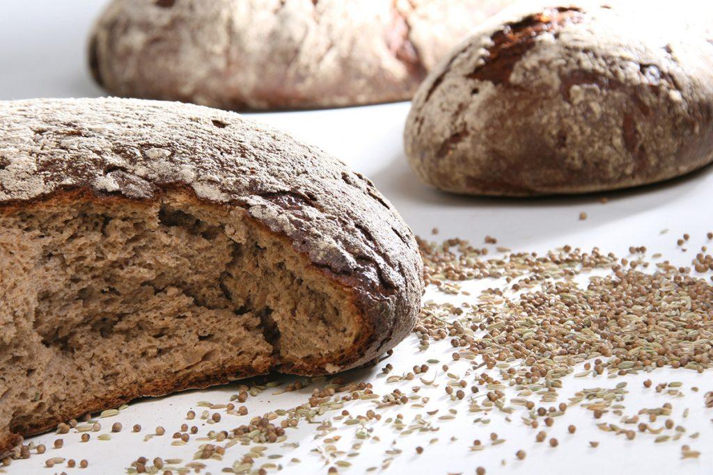 aufgebrochenes Brot mit Körnern
